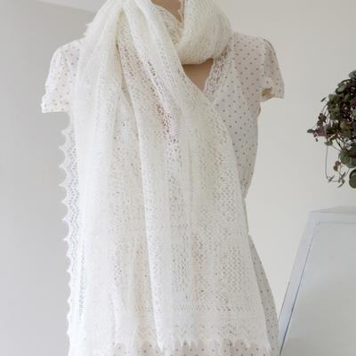 82c95189035d Vit sjal med spetsigt mönster - Lavendeldockor - inredningsbutik